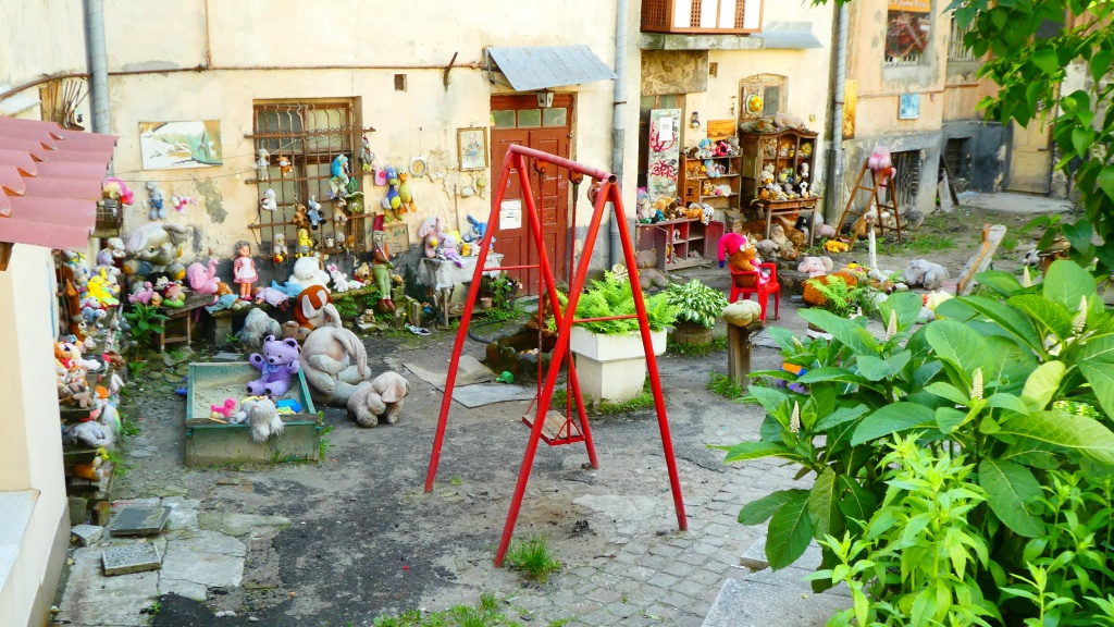 Огляд та фотогалерея двору/музею покинутих іграшок у Львові (+місцерозташування +52 фото вдень і ввечері)